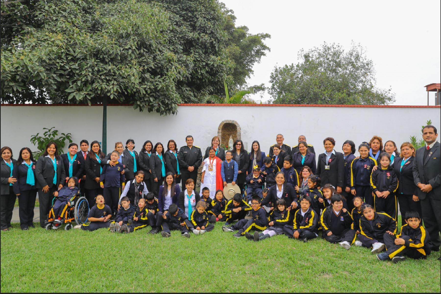 """Primera Dama visitó Centro de Educación Especial """"Santa Teresa de Courdec"""""""