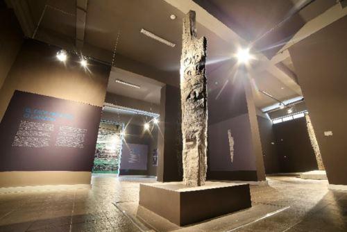 """Una réplica del emblemático """"Lanzón"""", y muchas otras sorprendentes piezas arqueológicas milenarias se pueden apreciar en el recorrido virtual por el Museo Nacional Chavín.   se puede apreciar ANDINA/Difusión"""