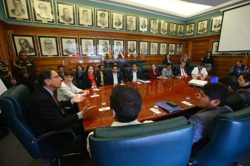 Jefe de Estado Martin Vizcarra presenta la reglamentación que regula la Política Integral de Compensaciones y Entregas Económicas del Personal de Salud.