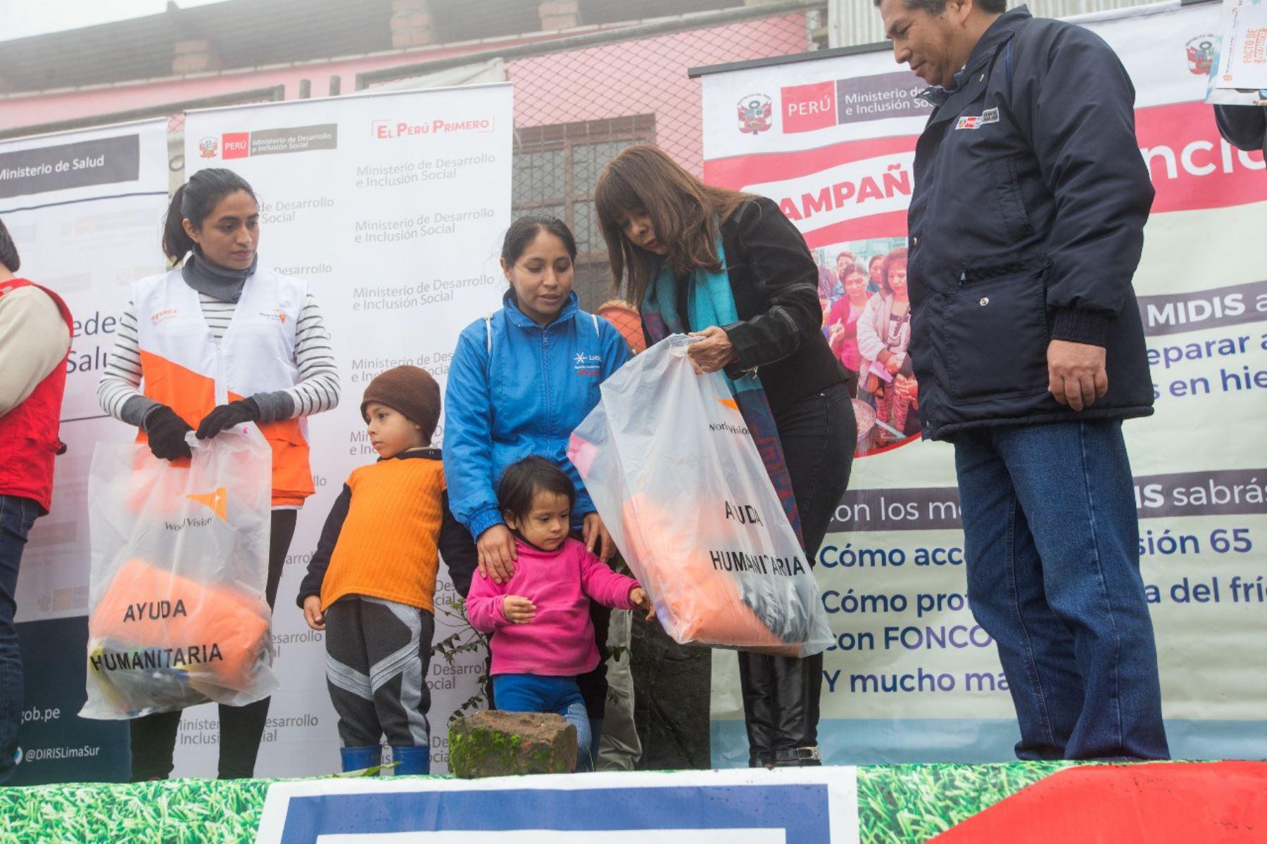 Ministra del Midis, Liliana La Rosa, visitó zonas más frías de Villa María del Triunfo. Foto: Andina/Difusión