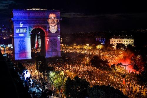 Francia celebra la Copa Mundial Rusia 2018 , en el histórico Arco del Triunfo