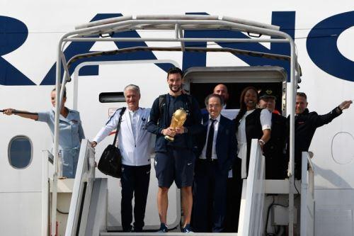 La selección francesa que obtuvo el campeonato mundial en Rusia 2018 aterriza en París