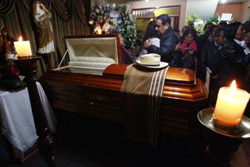 Familiares y amigos despiden al compositor y charanguista Jaime Guardia