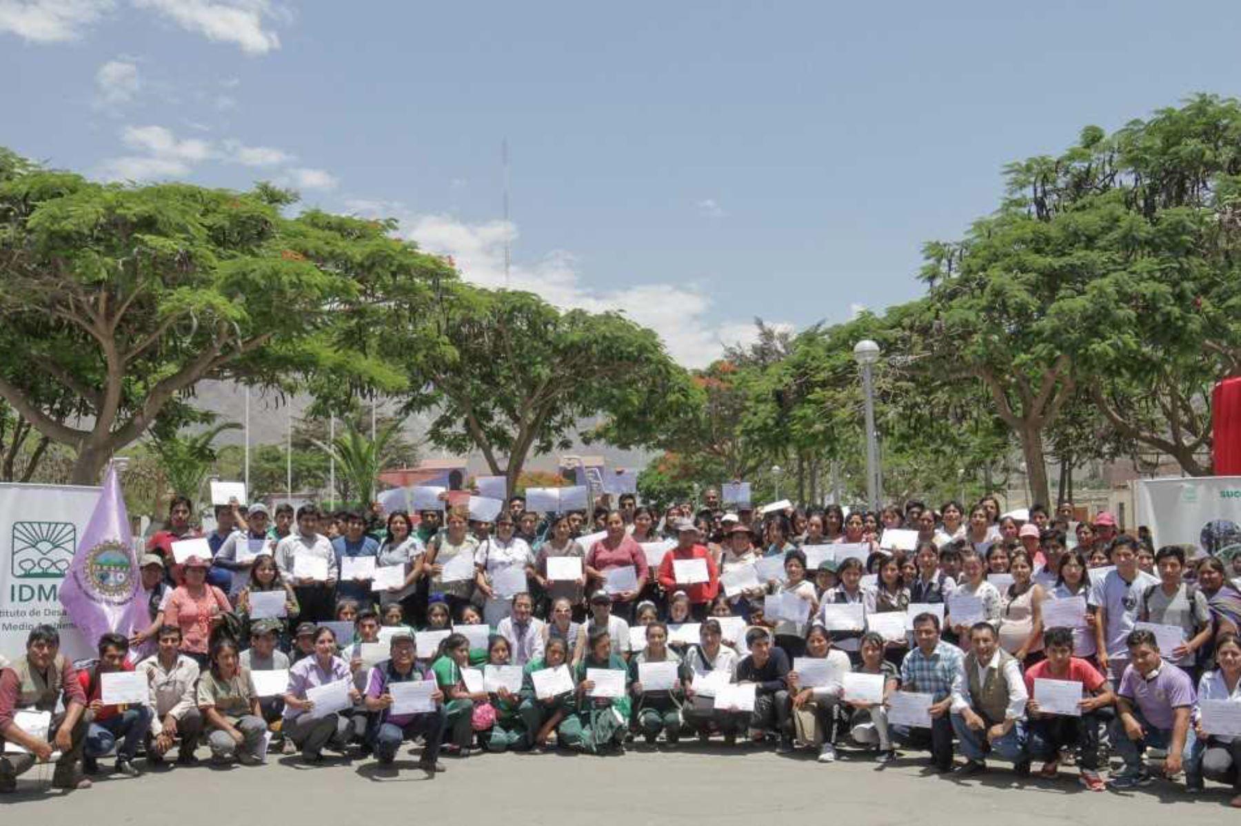 Más de 270 jóvenes de las provincias de Cañete, Yauyos y Huarochirí, de la región Lima, se graduaron en producción agropecuaria sostenible y emprendimiento, desarrollados por el Programa de Formación Agraria y de Apoyo al Emprendimiento Juvenil en el Perú (Formagro) en alianza con 4 institutos de educación superior tecnológico y 2 centros de educación técnico productivos (Cetpro).