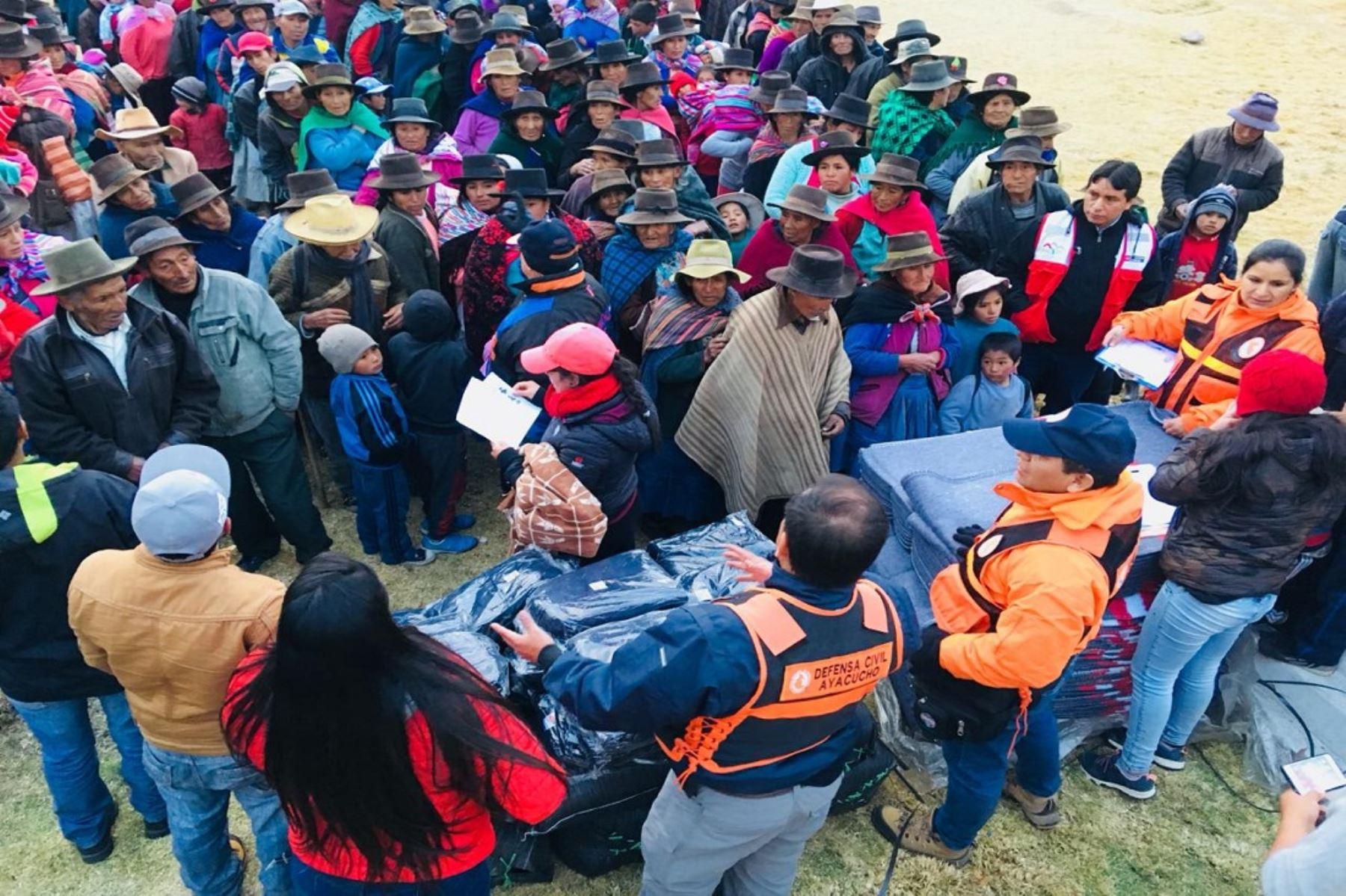 Entrega de ayuda humanitaria para enfrentar heladas en Ayacucho.