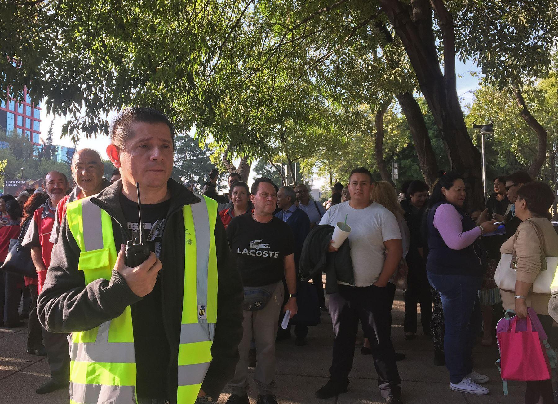 Personas permanecen fuera de los edificios el jueves 19 de julio de 2018, en Ciudad de México Foto: EFE