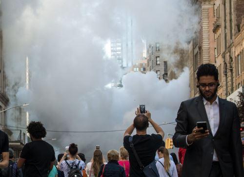El vapor se levanta cerca del lugar de la explosión de la tubería de vapor en la Quinta Avenida Nueva York Foto: AFP