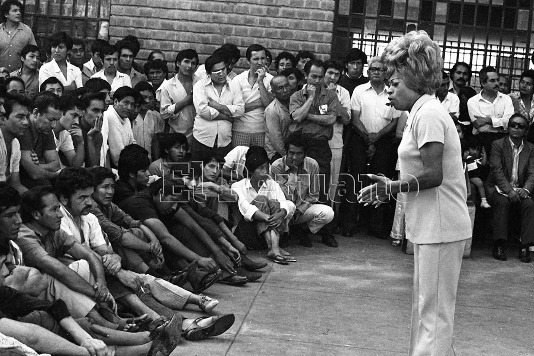 Lucha Reyes participó en la Caravana Artística, organizada por el diario La Crónica, y se presentó en el Centro de Inculpados de Lurigancho, en un desfile artístico que duró más de cuatro horas (1973). Foto: Archivo Histórico de El Peruano.
