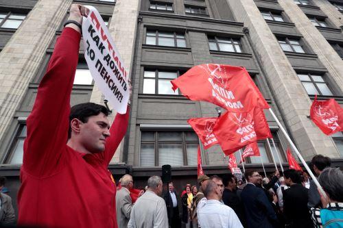 Simpatizantes de movimientos de izquierda protestan frente al Parlamento ruso Foto: EFE