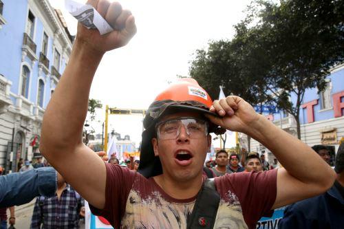 Cientos de manifestantes recorren las calles de Lima en protesta por la corrupción en el poder judicial