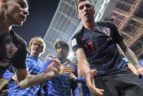 """Delantero croata Mario Mandzukic se ofrece para ayudar al fotógrafo de la """"AFP"""", Yuri Cortez. Foto: AFP."""
