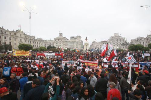 Miles de ciudadanos marcharon  por las calles de Lima, en protesta contra la corrupción enquistada en el sistema de justicia nacional