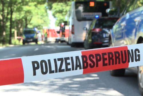 Policías cerca del autobús que sufrió atentado en Alemania Foto: AFP