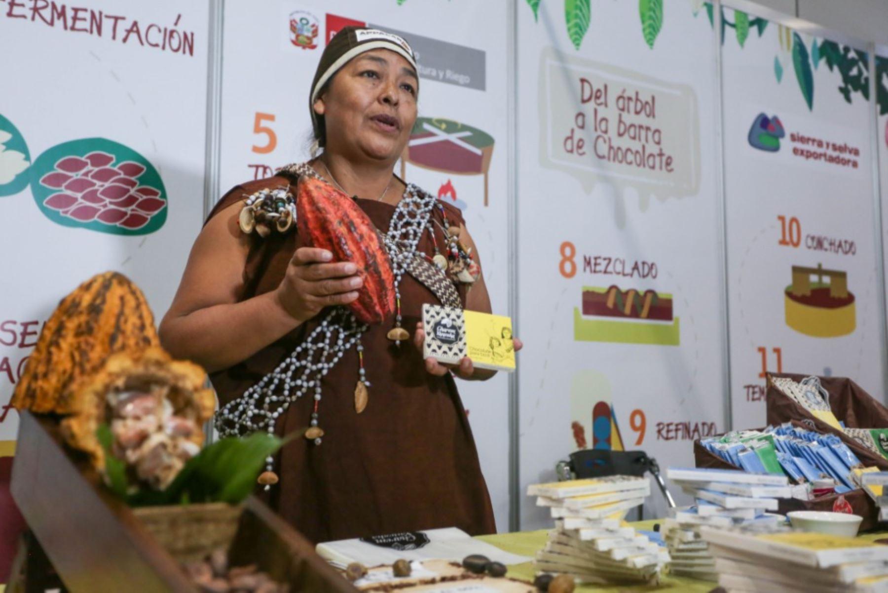 Hoy se celebra el Día Internacional del Chocolate, y cabe destacar que este delicioso dulce que tiene como insumo principal el cacao, ubica al Perú en un lugar importante en la órbita mundial gracias a la excelente calidad orgánica de este cultivo, pero también por los exquisitos chocolates que han obtenido galardones en concursos internacionales. ANDINA/Difusión