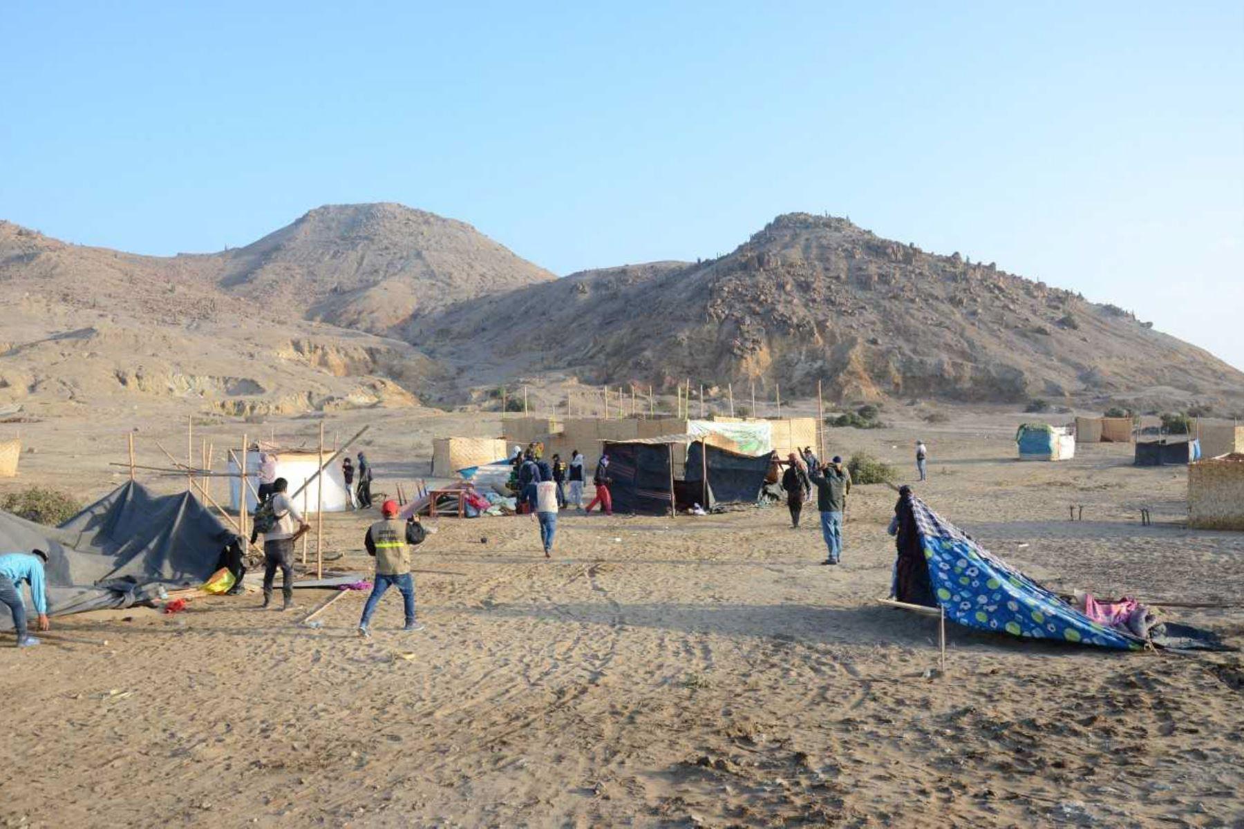 Alrededor de 50 familias que habían invadido el sitio arqueológico Cerro El Combo, ubicado en el distrito de Pomalca, provincia de Chiclayo, fueron desalojadas por la Unidad Ejecutora 005 Naylamp-Lambayeque, la Dirección Desconcentrada de Cultura y el Museo Tumbas Reales de  Sipán, con el apoyo de la Policía Nacional del Perú.