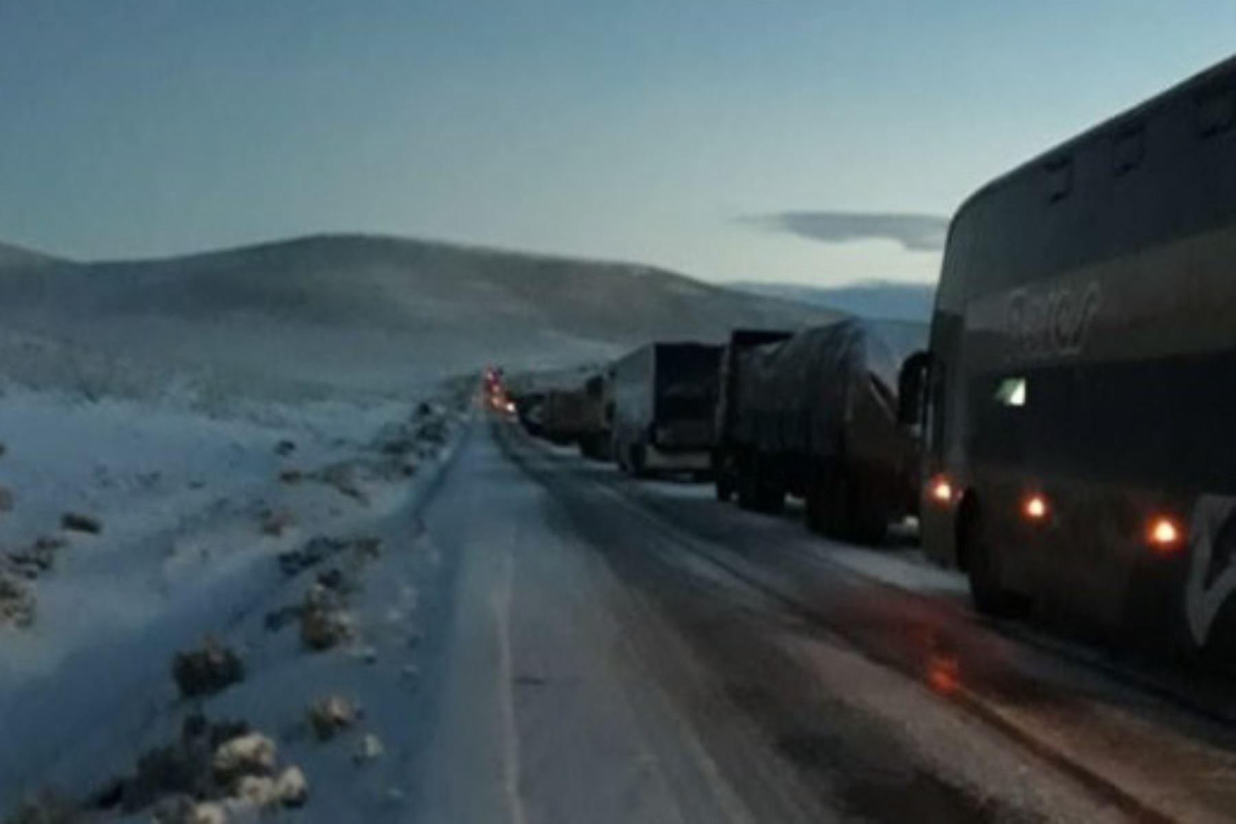 La Macroregión Policial Arequipa informó que la carretera Puno-Juliaca-Espinar fue rehabilitada para el transporte y actualmente los vehículos circulan con normalidad, luego de culminar los trabajos de limpieza de la vía que fue afectada por la presencia de nevadas.