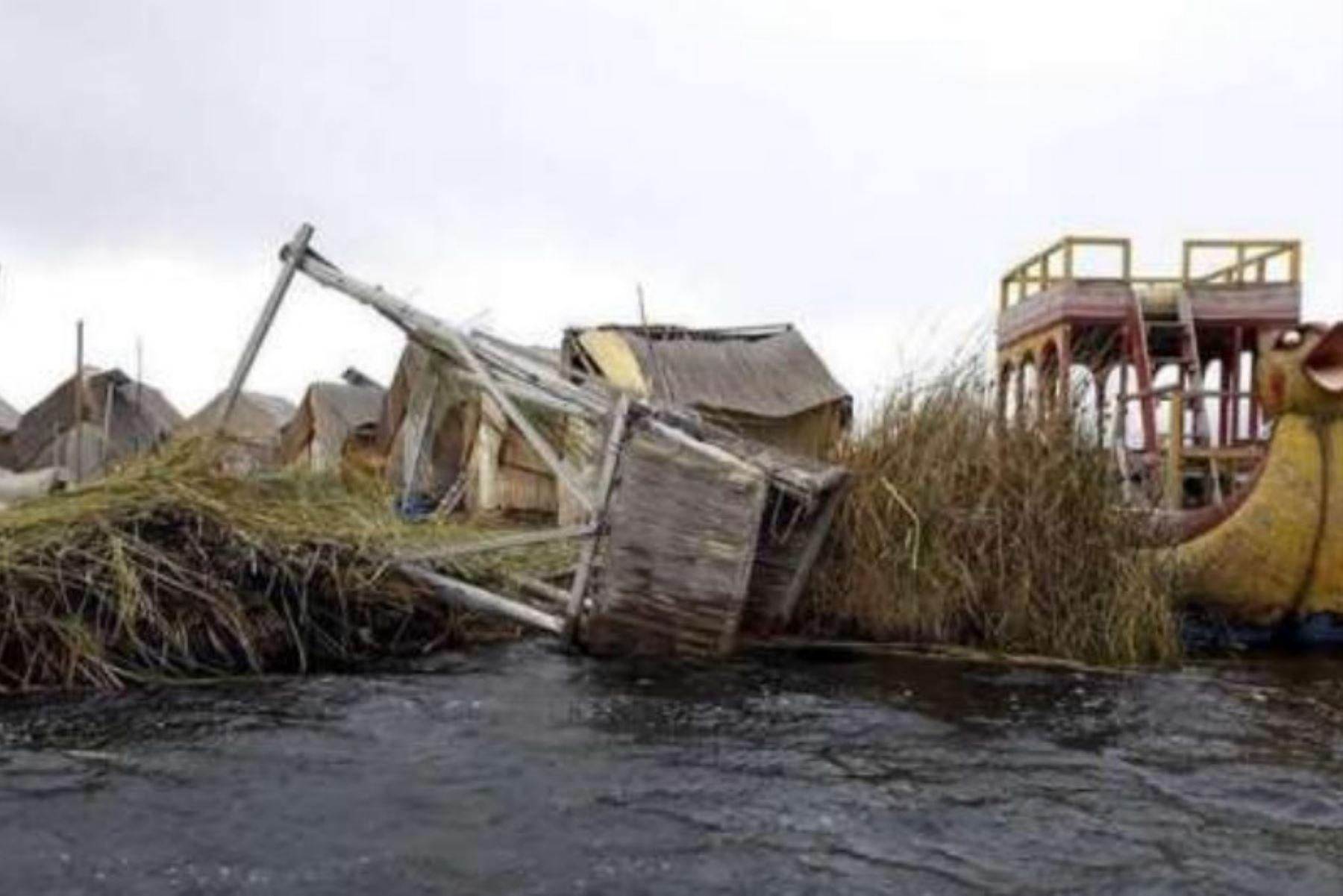 Los municipios de Los Uros Chulluni y de Puno, ubicados en la región Puno, reconstruirán las cuatro viviendas hospedaje y las 80 viviendas rústicas que resultaron afectadas luego que se presentaran vientos fuertes en dicha localidad.