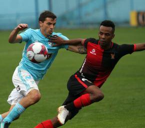 Cristal no pierde el paso y derrotó 2-0 al Melgar en el Alberto Gallardo