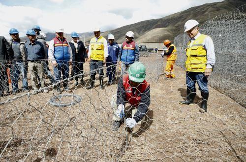 Premier César Villanueva, inspeccionó obras de construcción y reparación de las defensas ribereñas del río Huatanay, en Cusco