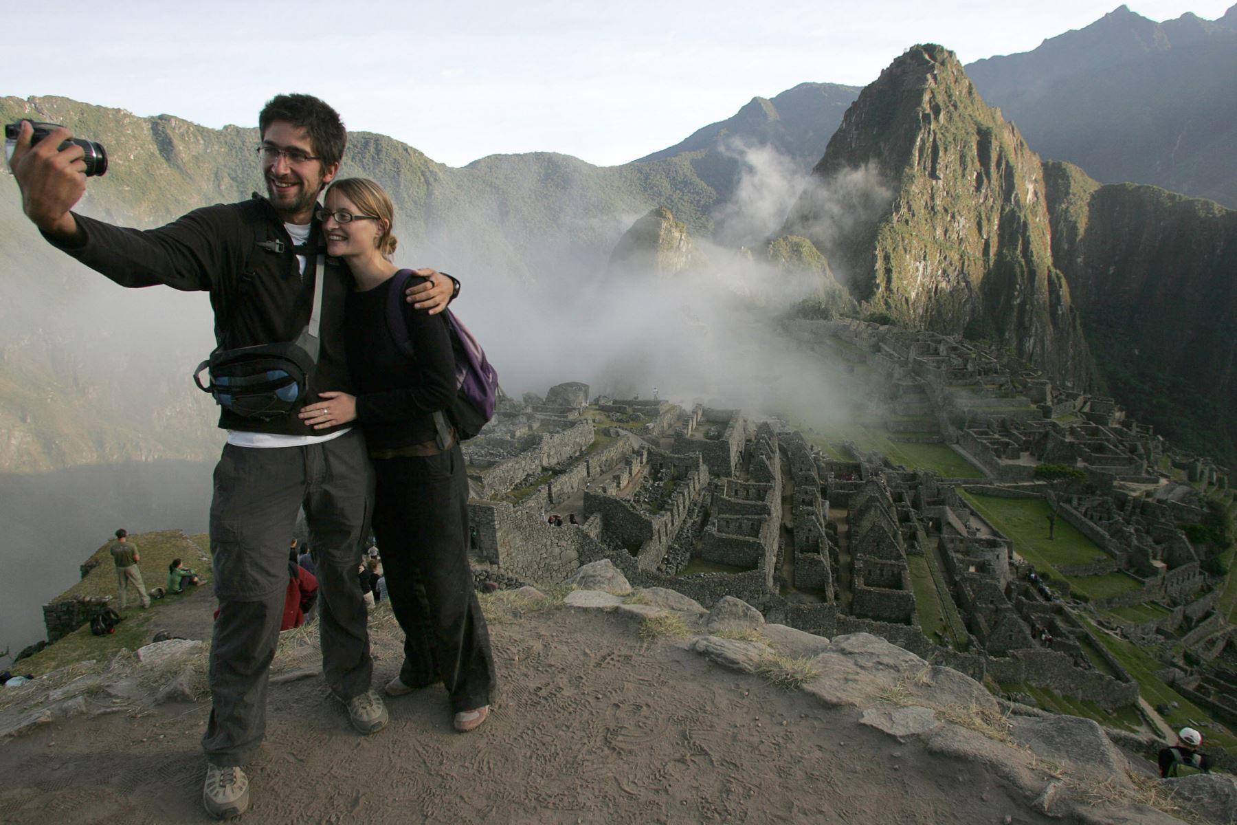 El sur peruano ostenta no solo al mayor atractivo turístico nacional: Machu Picchu, sino a un sinnúmero de otros destinos distribuidos en las regiones de Arequipa, Apurímac, Ayacucho, Ica, Cusco, Madre de Dios, Moquegua, Puno y Tacna. La celebración del Día Mundial del Turismo nos invita a viajar por el Perú con ofertas de hasta 50% de descuento que consigna el portal Y tú qué planes?. AFP