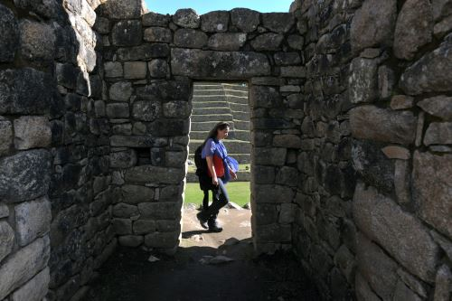 El reciente daño a parte del santuario histórico de Machu Picchu por parte de unos turistas extranjeros nos recuerda que la legislación penal peruana tipifica este acto como delito contra el patrimonio cultural y establece sanciones que pueden conllevar a una prisión efectiva y el pago de una multa considerable.