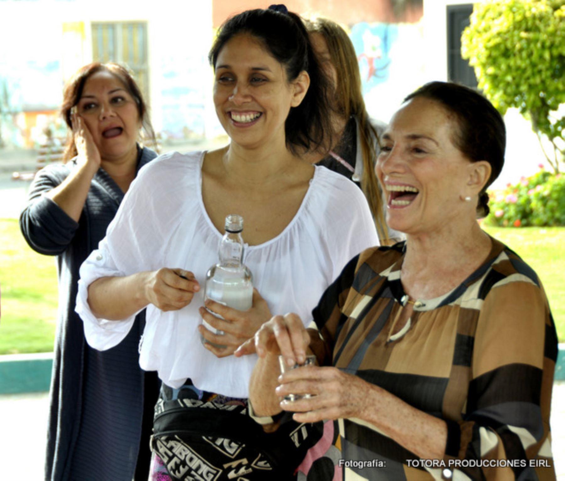 La protagonista Claudia Dammert y su directora Ana Caridad Sánchez. Cortesía