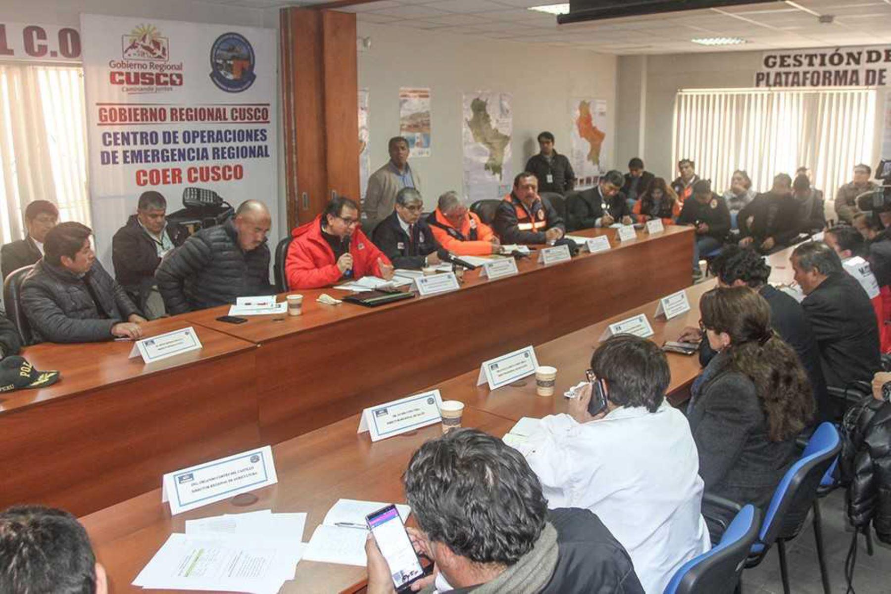 El ministro de Energía y Minas, Francisco Ísmodes, coordinó hoy en la región Cusco la distribución de ayuda humanitaria a las zonas afectadas por heladas en esa región, donde el Ejecutivo completó la entrega de 24,243 frazadas al gobierno regional con la finalidad de abrigar a igual número de personas de 18 distritos.