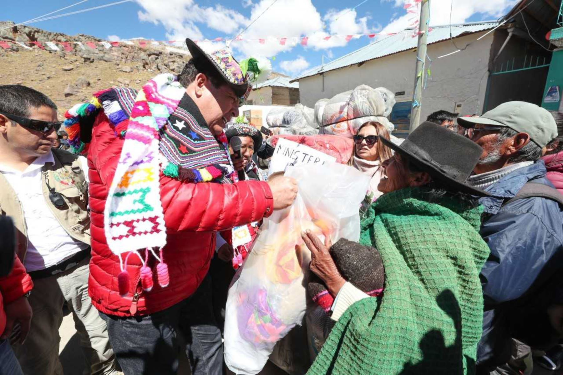 Un total de 158.09 toneladas de ayuda humanitaria, entre alimentos no perecibles y bienes diversos, es lo que ha entregado hasta el momento el Ejecutivo, a través del Instituto Nacional de Defensa Civil (Indeci), a la población afectada por las bajas temperaturas en la región Huancavelica, en el marco del Plan Multisectorial ante Heladas y Friaje 2018.
