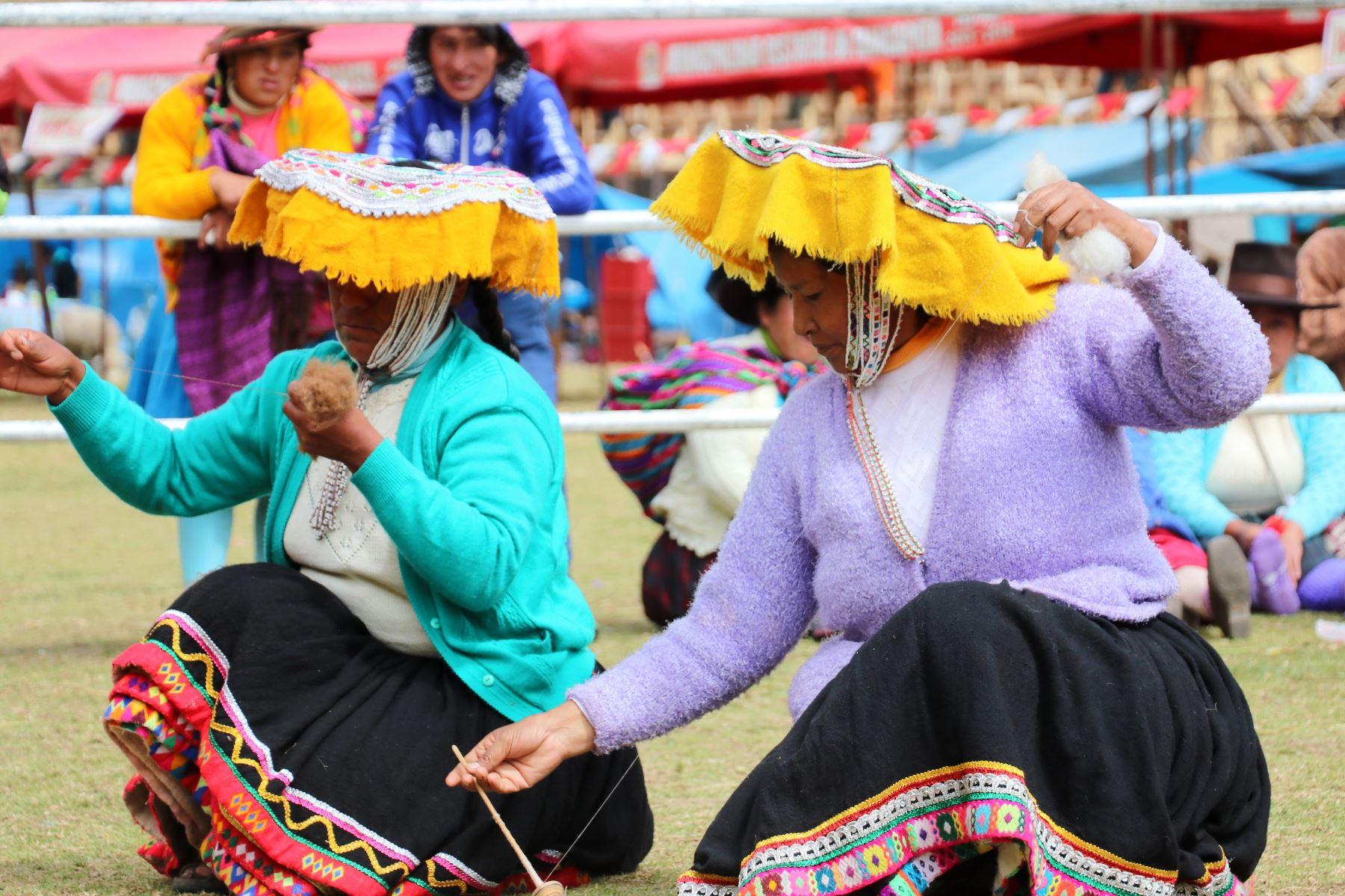 Tejedoras del distrito de Marcapata, en Cusco, conquistan el mercado de Dinamarca con prendas elaboradas con fibra de alpaca. Foto: ANDINA/Difusión.