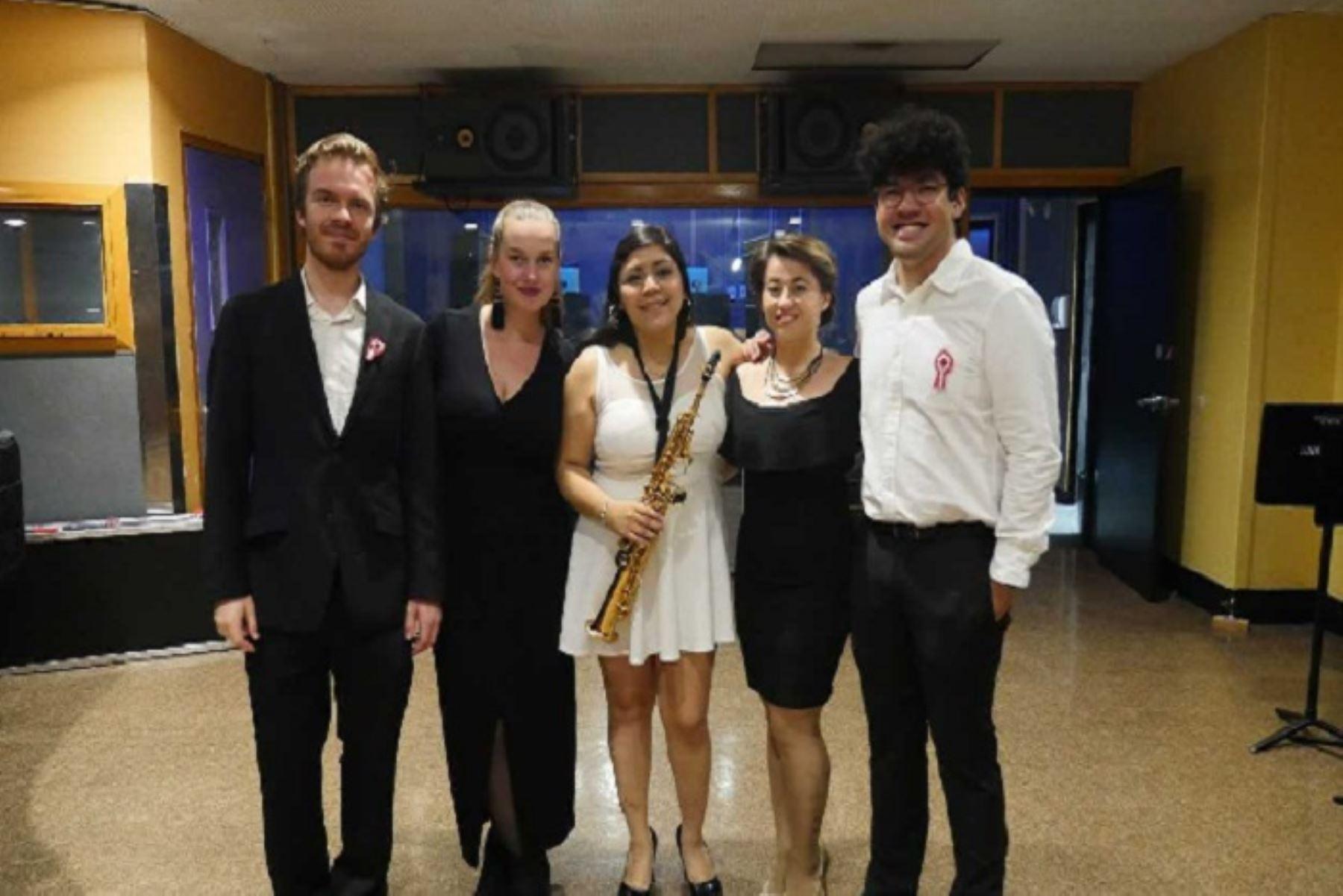 Los cuatro cantantes que interpretan nuestro Himno Nacional en quechua proceden de Bulgaria, Polonia, Filipinas y Estados Unidos.