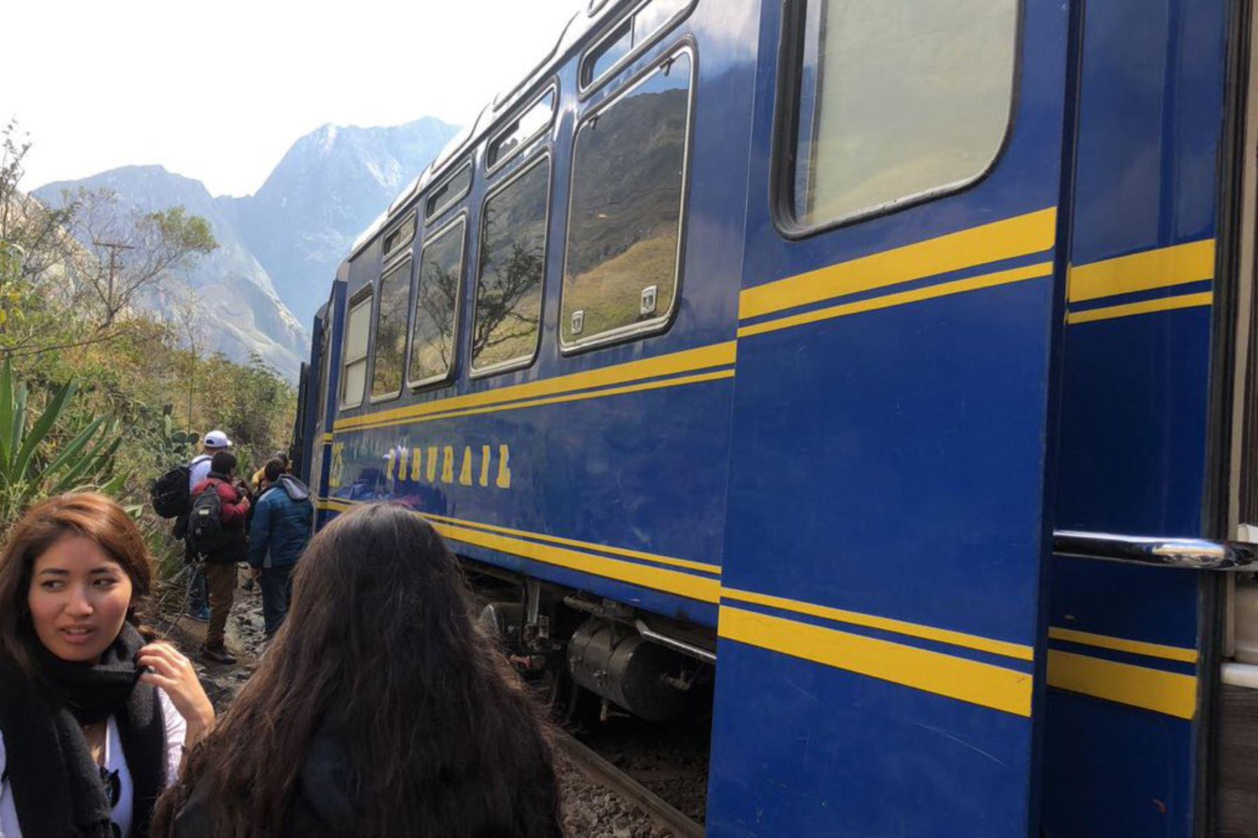"""Tras el choque de dos trenes ocurrido en la víspera en la vía férrea OIlantaytambo- Machu Picchu, en la región Cusco, personal técnico de la Dirección General de Caminos y Ferrocarriles del MTC verifica """"in situ"""" si fueron cumplidos los protocolos de seguridad establecidos en la normativa sobre tiempos de salida en la vía férrea. INTERNET/Medios"""