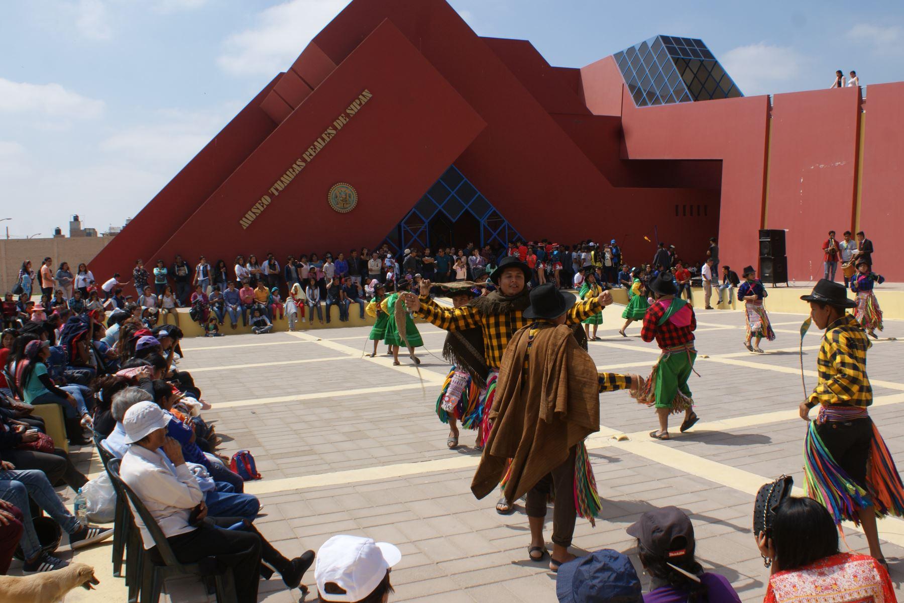 Más de 4,500 visitantes disfrutaron de Festival Internacional de Danzas en museo Tumbas Reales de Sipán, en Lambayeque. ANDINA
