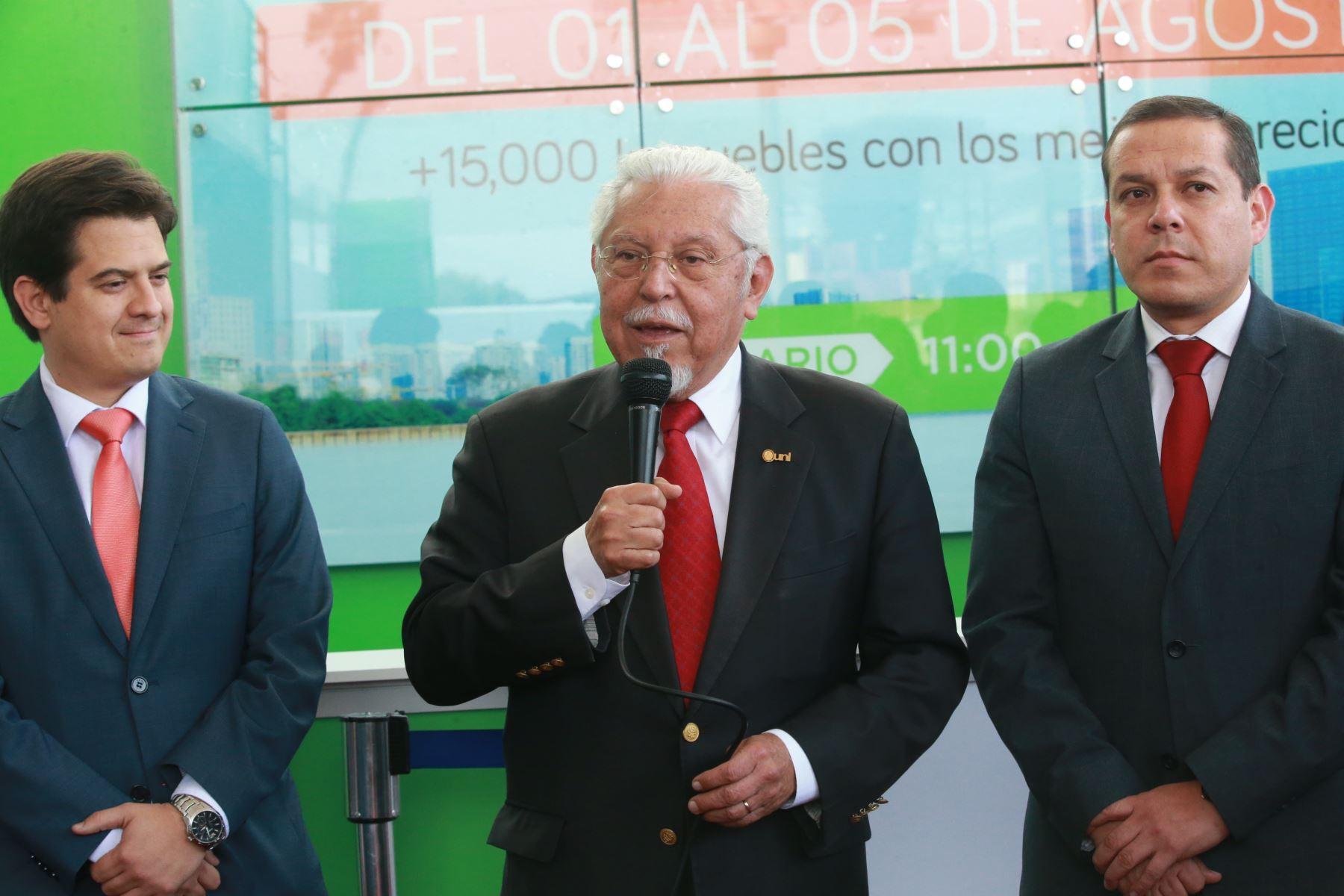 Ministro de Vivienda y Construcción, Javier Piqué del Pozo (al centro). ANDINA/Jhony Laurente