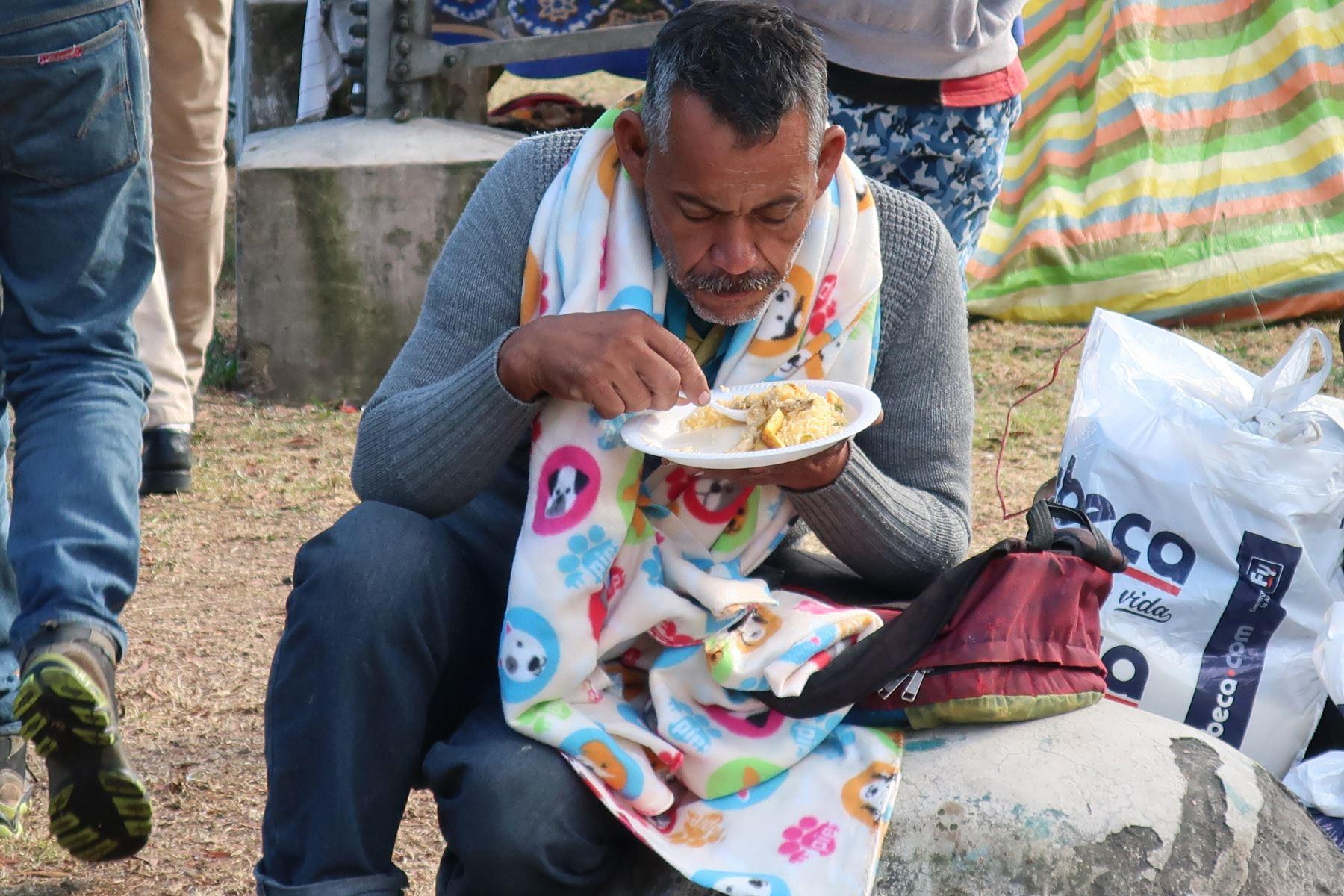 Inmigrantes venezolanos reciben alimentos en Quito (Ecuador) Foto: EFE