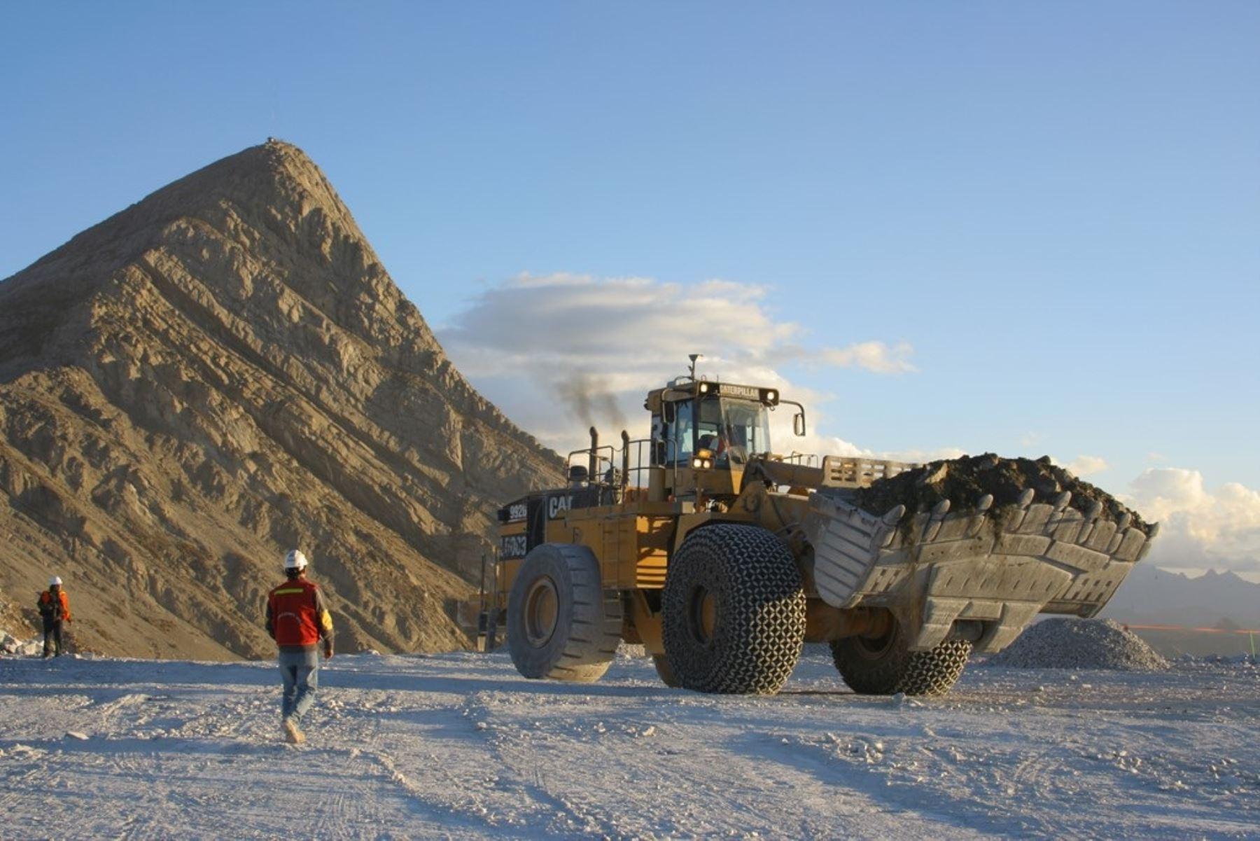 Inversiones en maquinaria para minería.