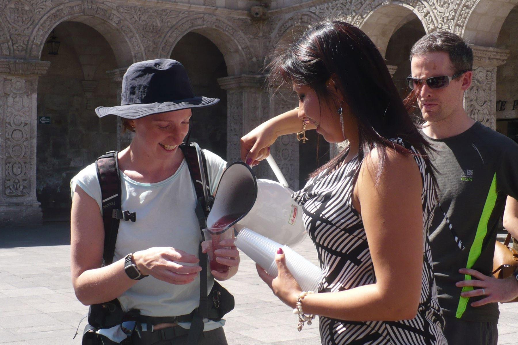 Arequipeños y turistas celebran la Fiesta de la Chicha en plaza de Armas de Arequipa. Foto: ANDINA/archivo.