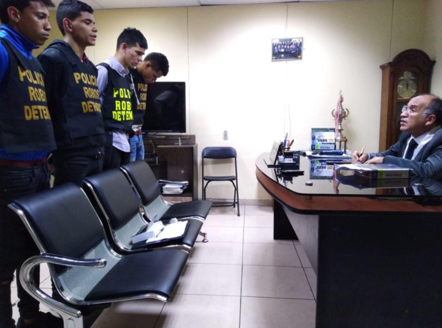 Resultado de imagen para cinco venezolanos arrestados por robo en peru