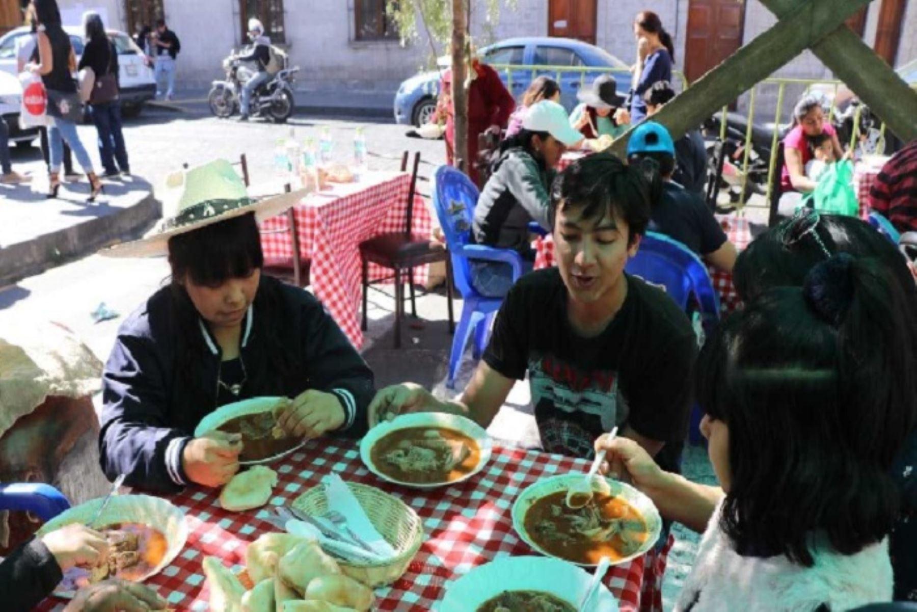 En el Festival del Adobo Cameyno, que se realizó en la víspera, se vendieron  más de 5,000 platos de este plato tradicional de la gastronomía de Arequipa, que se consume los domingos por la mañana, y que fue degustado por los turistas nacionales y extranjeros.