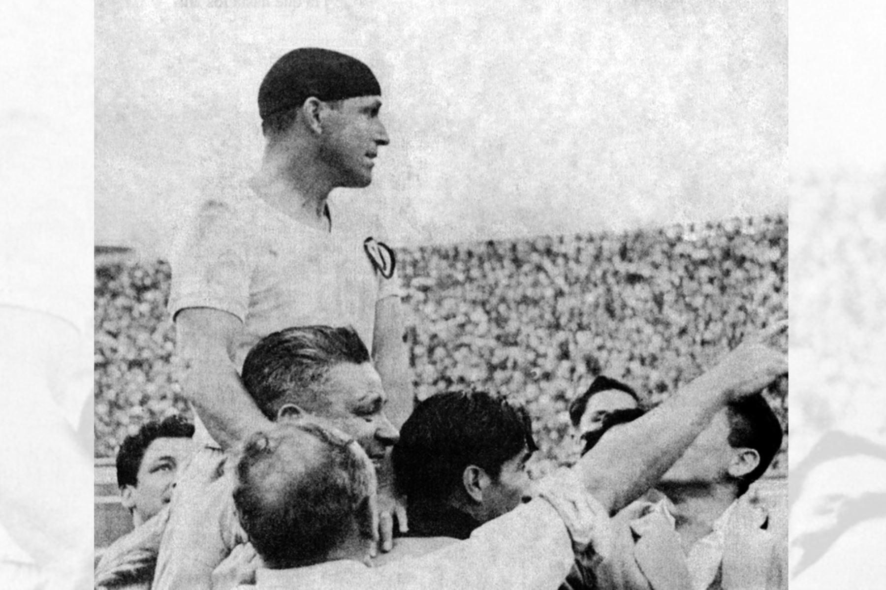 """Teodoro """"Lolo"""" Fernández en hombros de los hinchas de Universitario de Deportes el día de su despedida en el Estadio Nacional el 30 de agosto de 1953. Foto: Archivo El Peruano"""