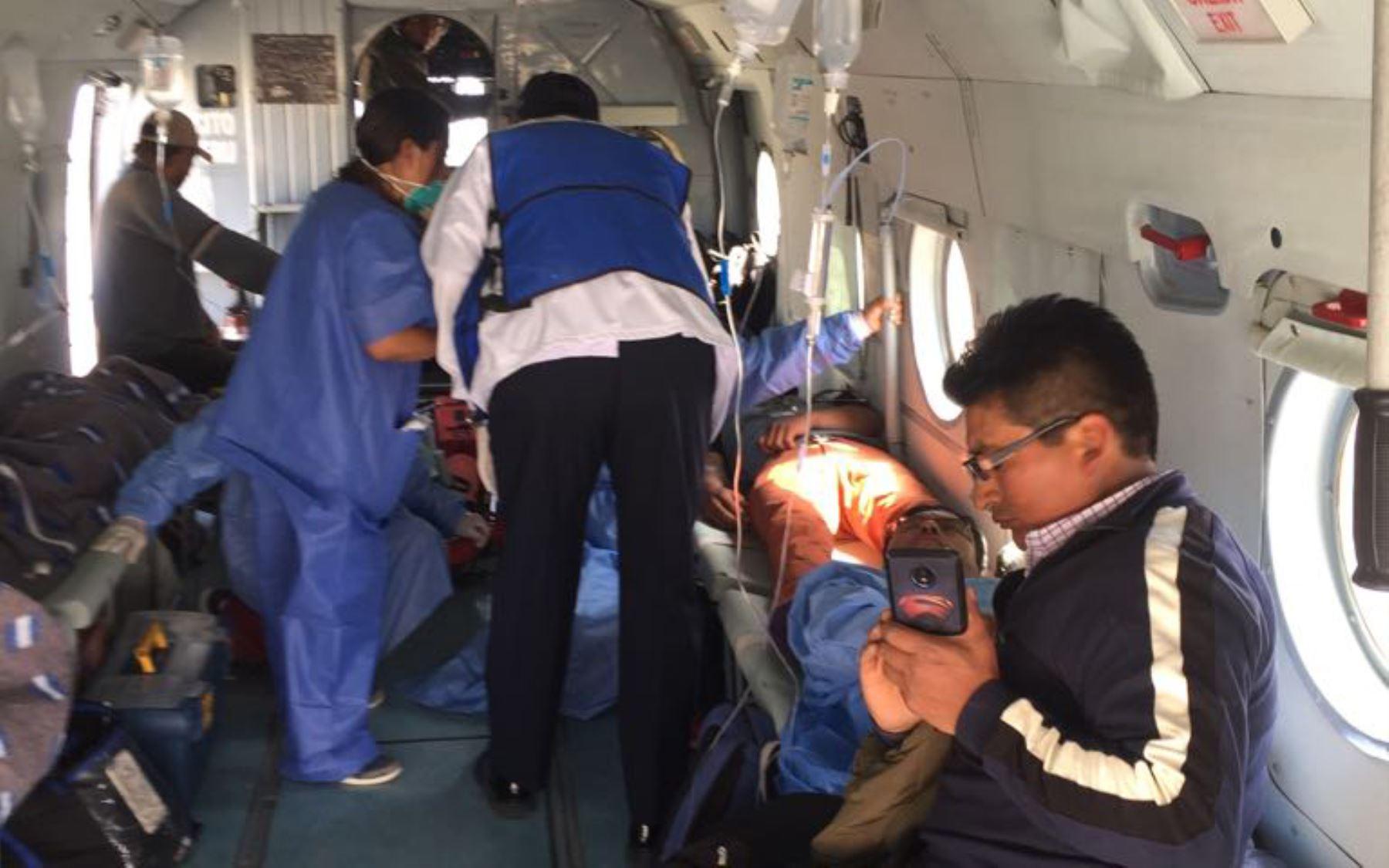 Helicóptero de las Fuerzas Armadas llegó al Ala Aérea 3 de Arequipa con seis pacientes críticos por intoxicación en Ayacucho. Fueron trasladados inmediatamente al hospital Honorio Delgado y al Hospital General del Sur de la Fuerza Aérea para su atención. Foto: ANDINA/COEN.