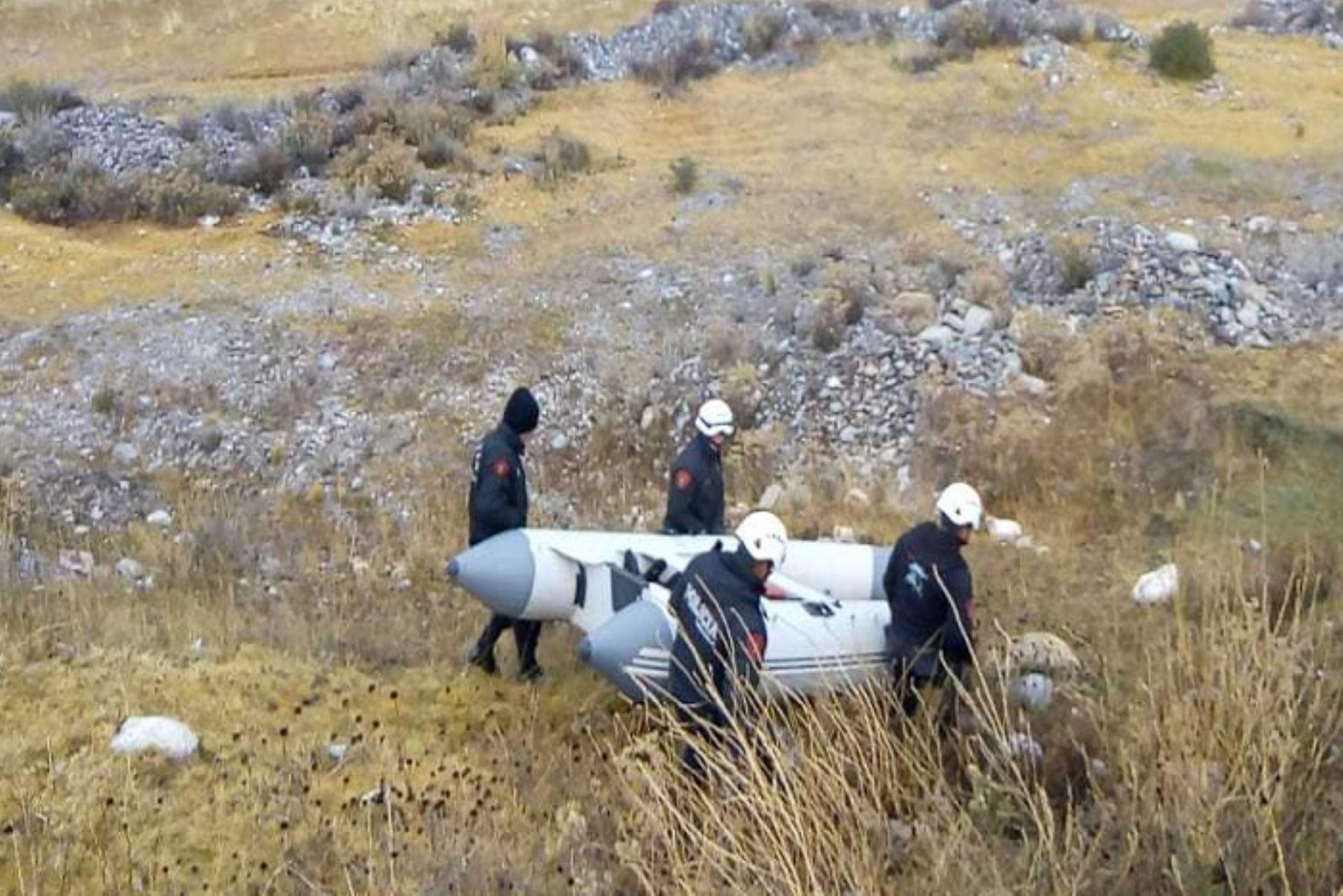 Policías rescatan cadáver de chofer del auto que cayó al río Mantaro en La Oroya