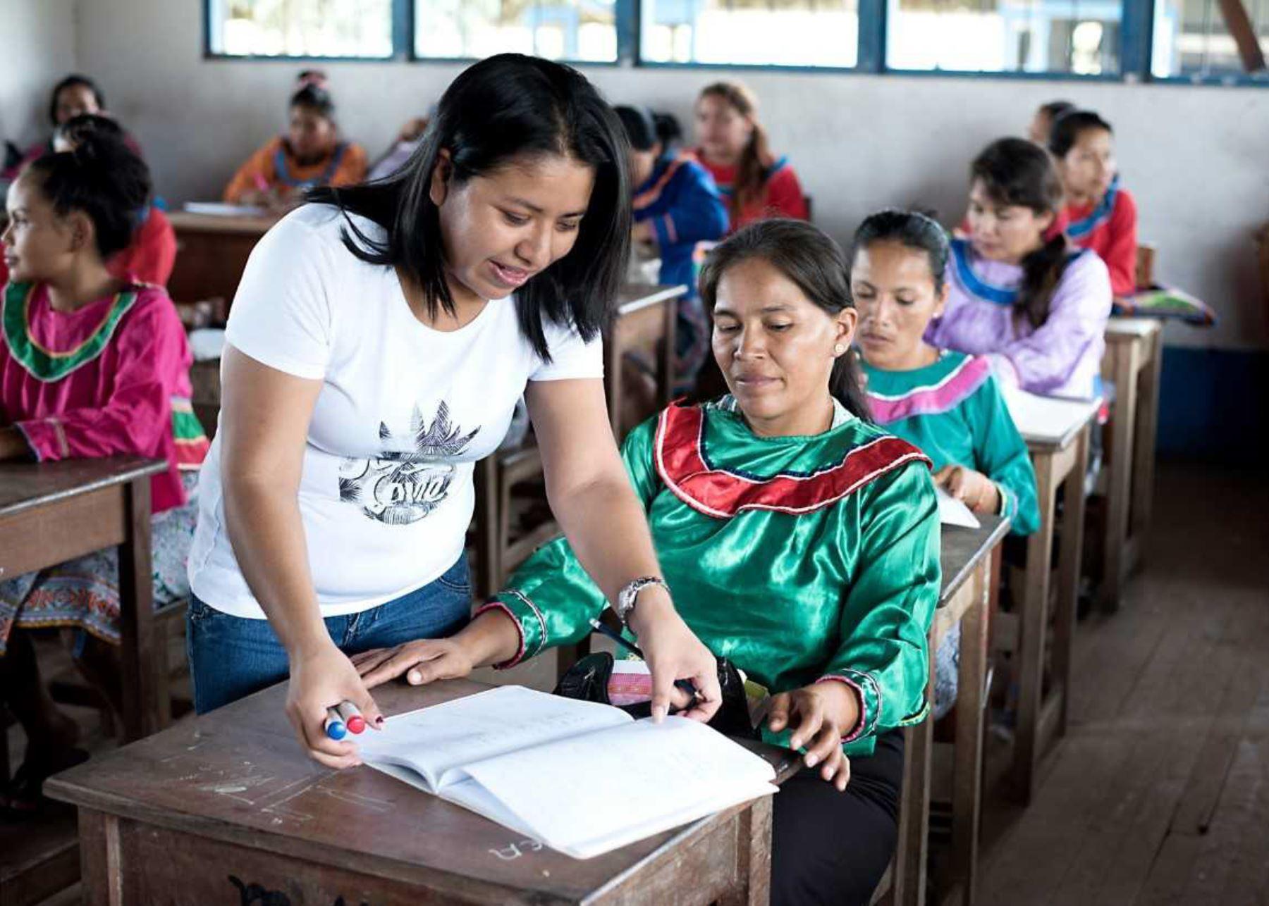 El Perú cuenta con 517 servidores públicos certificados como expertos en lenguas originarias, lo que está permitiendo que aquellos connacionales que solo se comunican en su lengua materna, sea esta indígena o amazónica, accedan a diversos servicios del Estado, informó el Sistema Nacional de Evaluación, Acreditación y Certificación de la Calidad Educativa (Sineace).