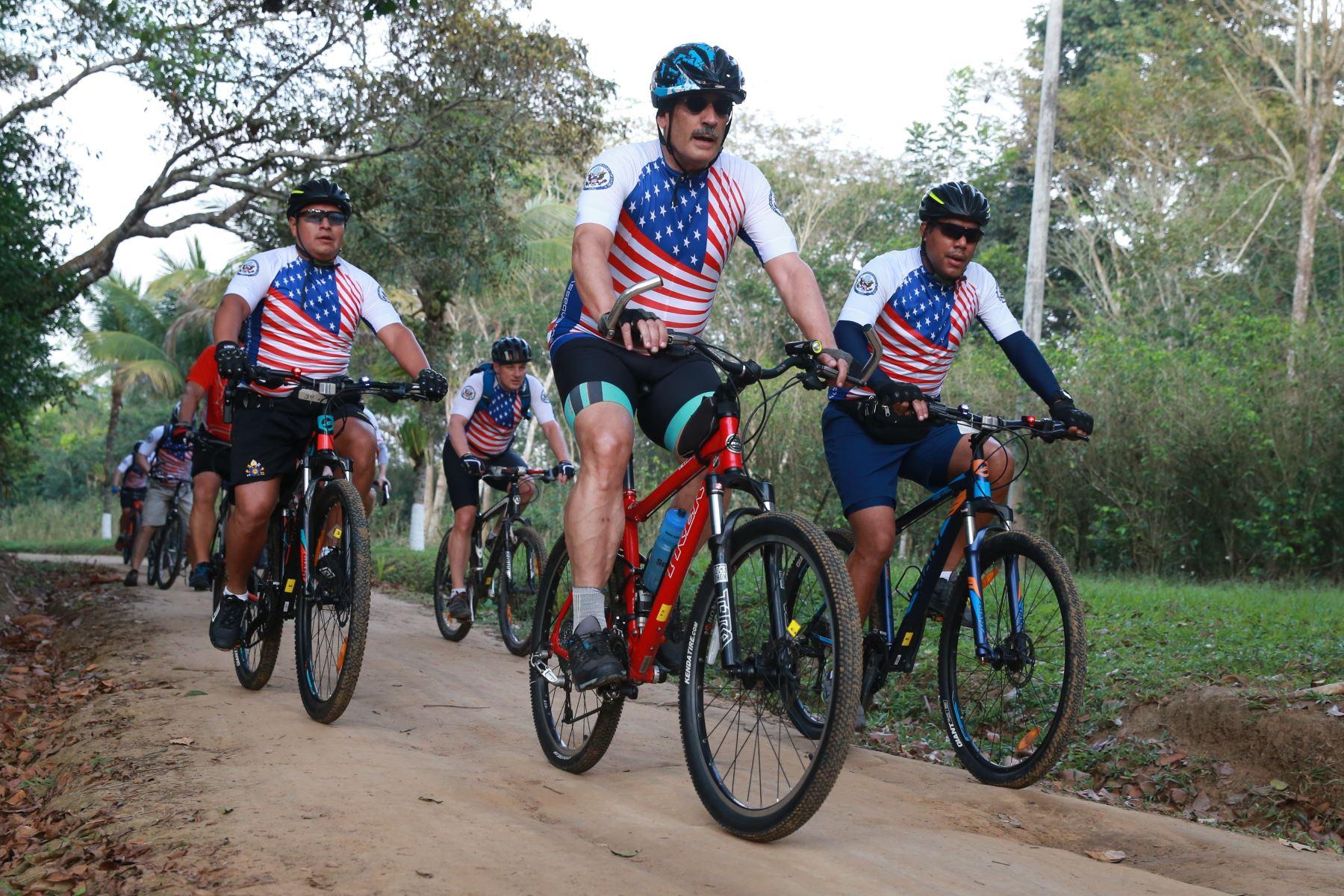 Embajador de los Estados Unidos Krishna R. Urs cumple visita en Tarapoto en donde realiza una jornada de dos días recorriendo la ciudad y sus alrededores en bicicleta junto a una comitiva, con el fin de promover el deporte, la vida saludable sin drogas y el uso de bicicleta como medio de transporte alternativo.  Foto: ANDINA/Vidal Tarqui