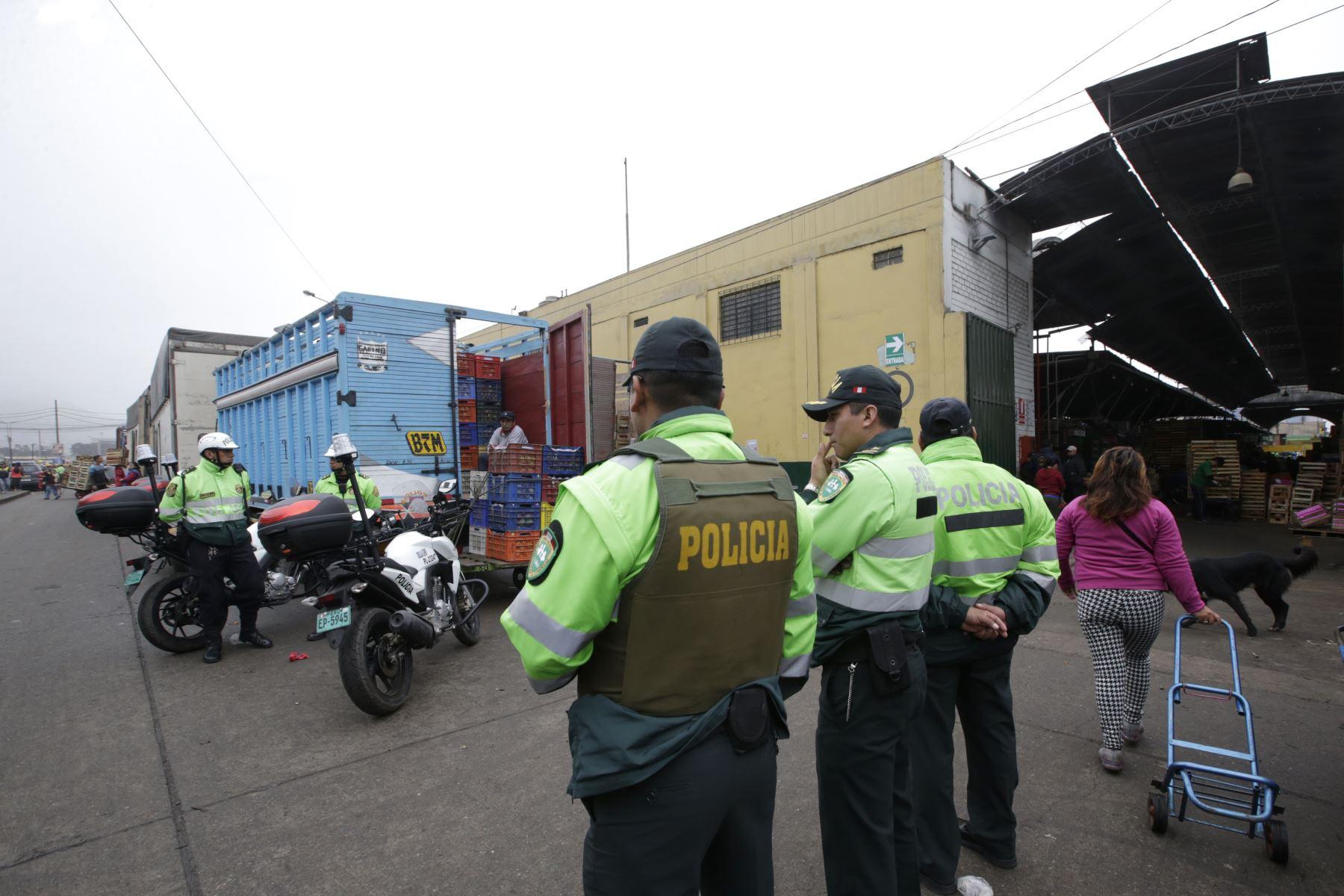 """Policía sorprendió a """"parqueadores"""" de Mercado de Frutas de La Victoria. Foto: ANDINA/Melina Mejía."""
