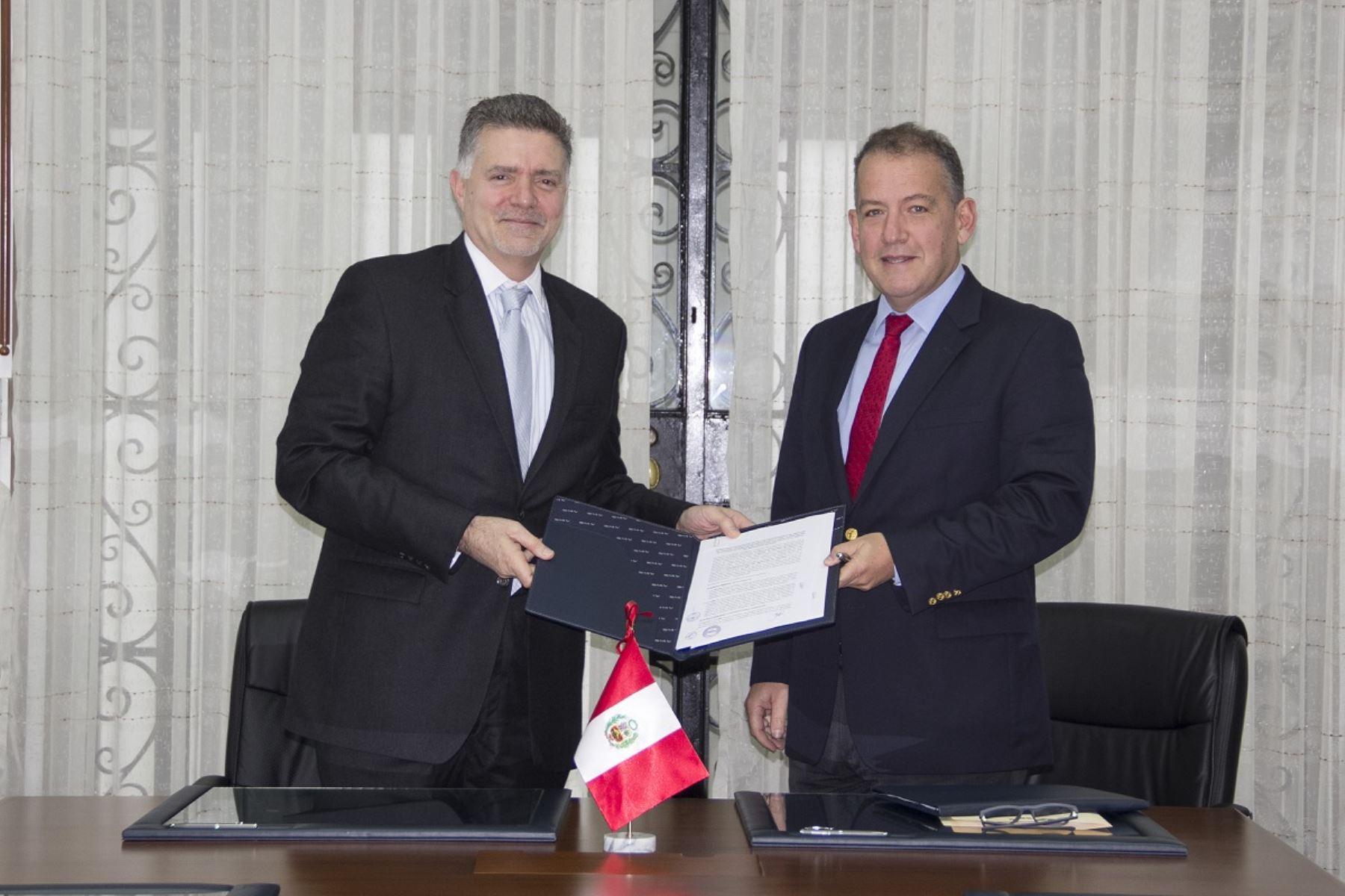 Titulares de la SMV, José Peschiera y de la BVL, Francis Stenning, firman convenio. Foto: Cortesía.