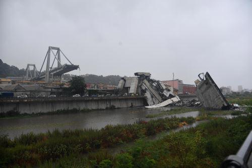 El derrumbe de un gran puente de una autopista en Génova causa varias muertes