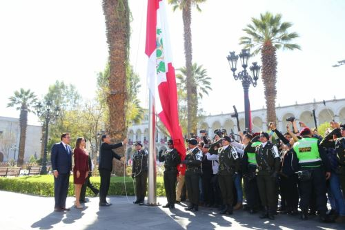 Presidente Vizcarra participó en la ceremonia de izamiento del Pabellón Nacional con ocasión del 478 aniversario de la ciudad de Arequipa