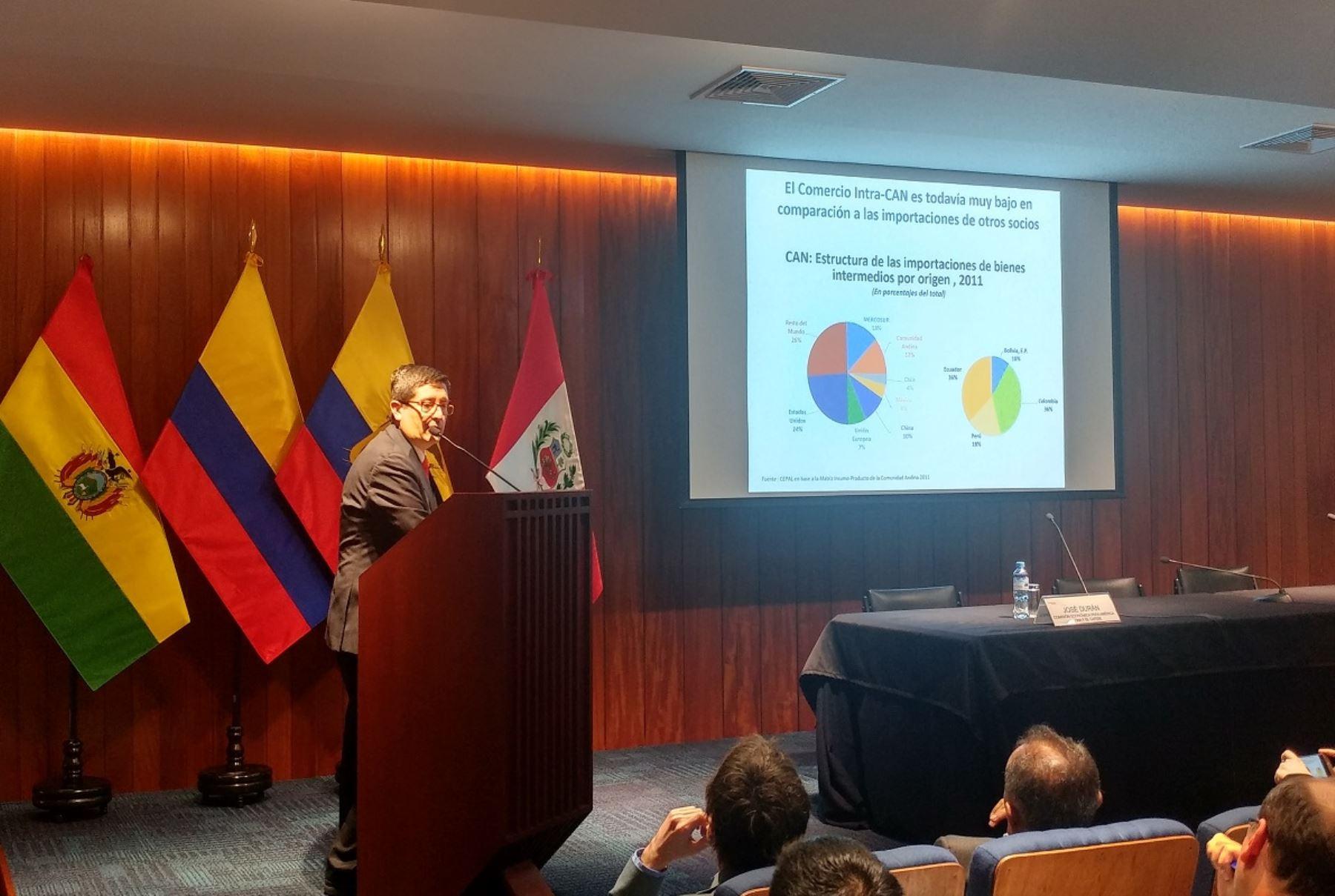 Presentación de José Durán de la CEPAL en la sede de la CAN. Foto: ANDINA