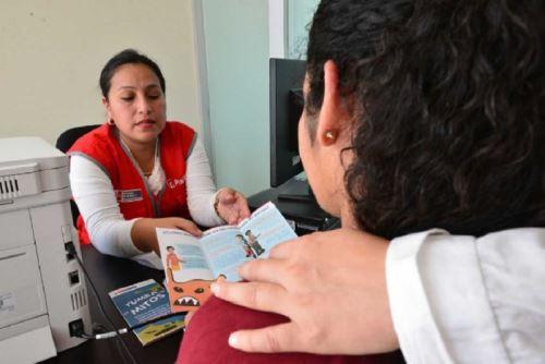 El Ministerio de la Mujer y Poblaciones Vulnerables (MIMP), a través de su Programa Nacional contra la Violencia Familiar y Sexual, capacitó a 126 trabajadoras y trabajadores que en los próximos días se sumarán a los Centros Emergencia Mujer (CEM) de las Comisarías de la Policía Nacional del Perú, a escala nacional. ANDINA/Difusión