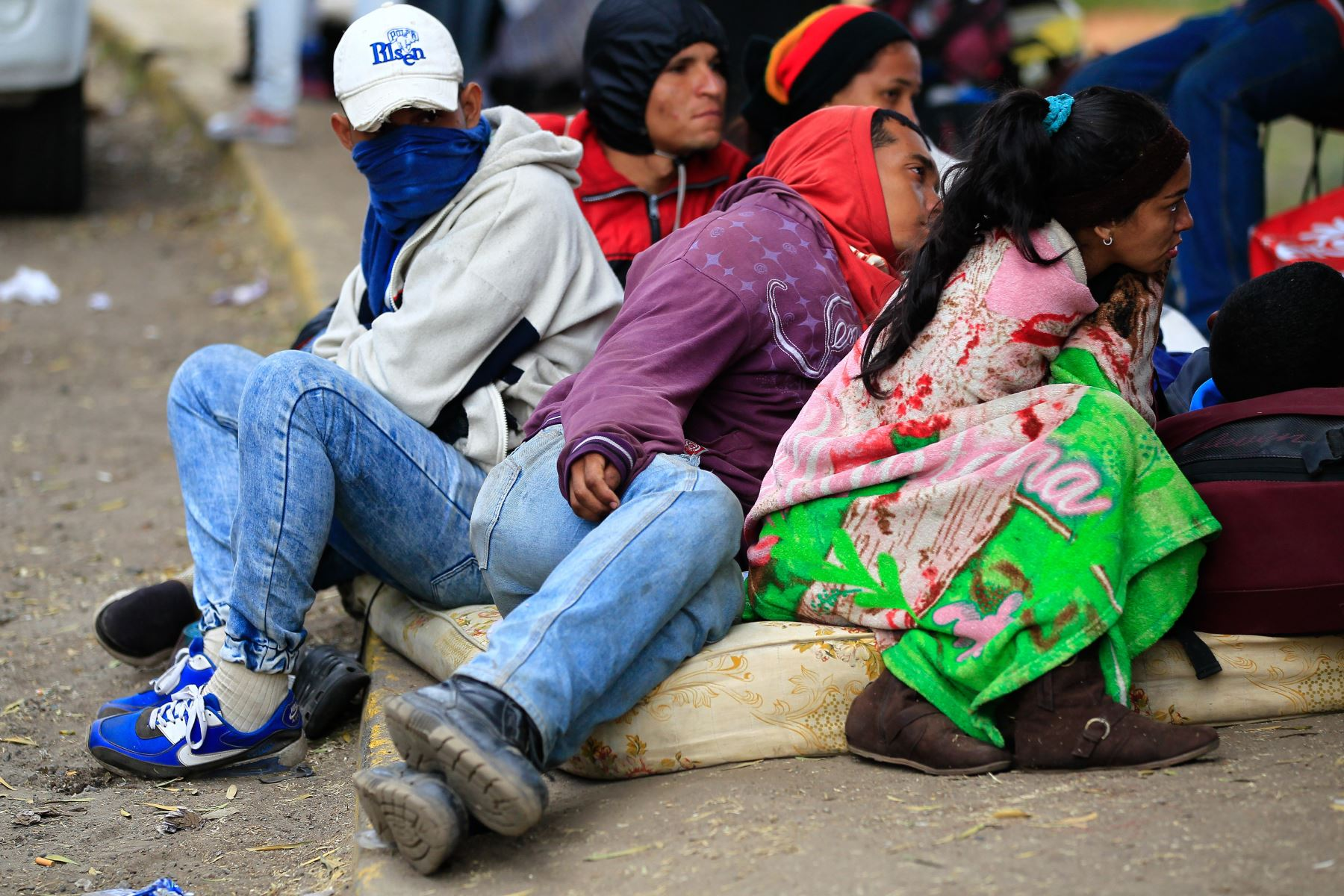Venezolanos en Ecuador duermen en la intemperie  Foto:EFE